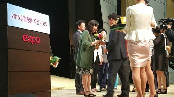 제13회 대구시 목련상 사회봉사부문에 정기은 행정원장님(중구여성단체협의회장)께서 수상하셨습니다.