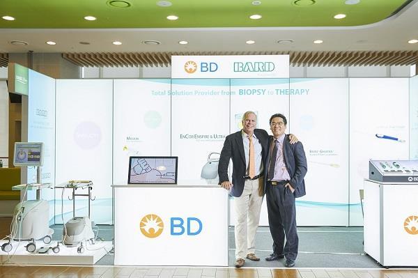이동석병원장 제1회 아시아외과초음파학회에서 맘모톰을 개발한 스티브파커박사와 함께