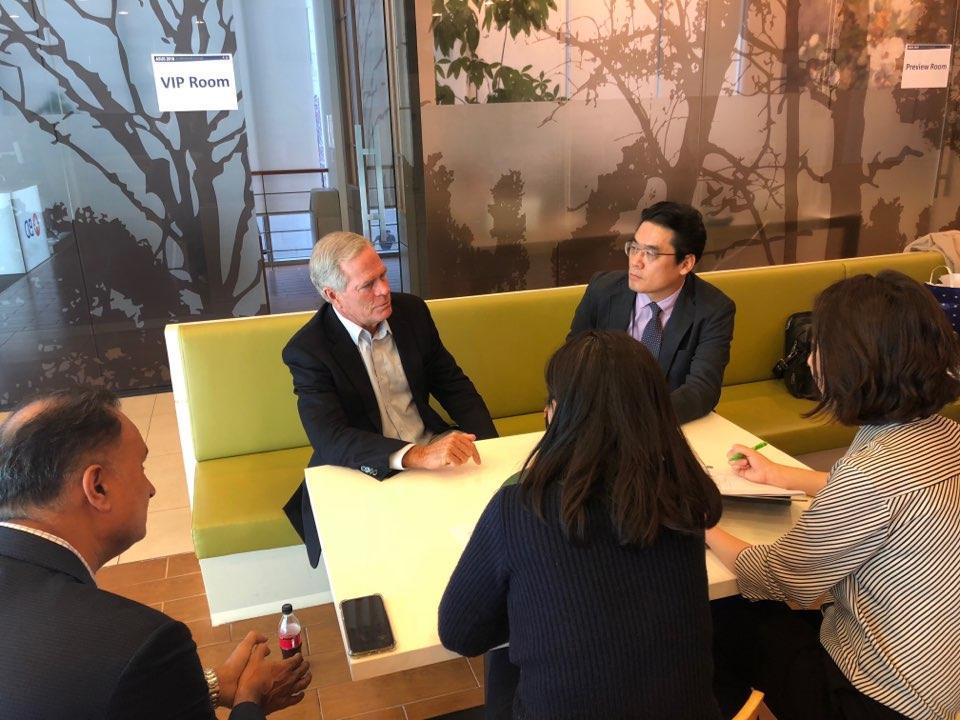 이동석병원장 제1회 아시아외과초음파학회에서 맘모톰을 개발한 스티브파커박사와 함께 언론인 인터뷰하는 모습